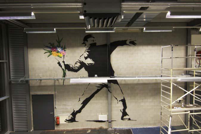 Banksy pintando a través Graffitinetwerk