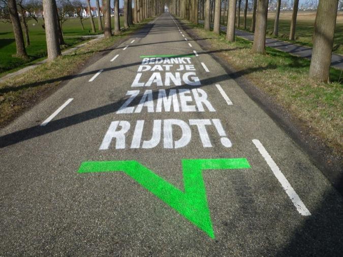 Snelheidsduivels afgeschrikt door graffiti op de weg