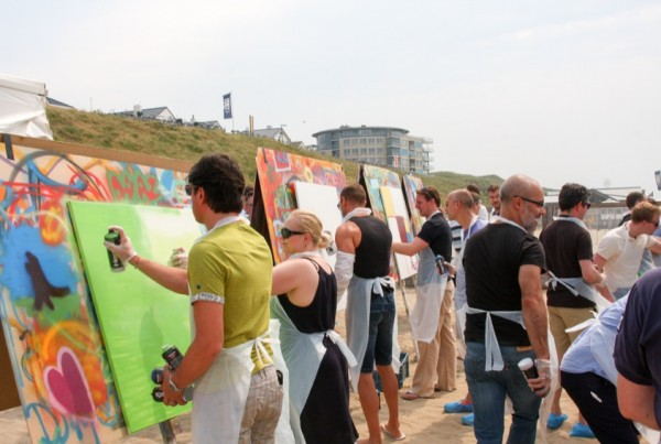 Una squadra creativa che costruisce gita sulla spiaggia