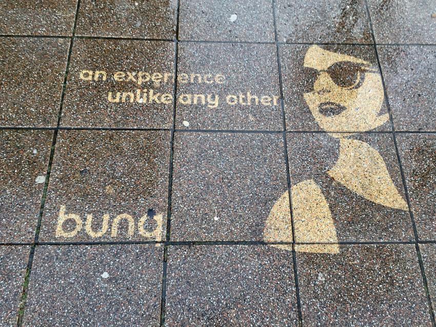 Reverse-graffiti bunq