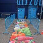 Een grondschildering als creatieve rode loper