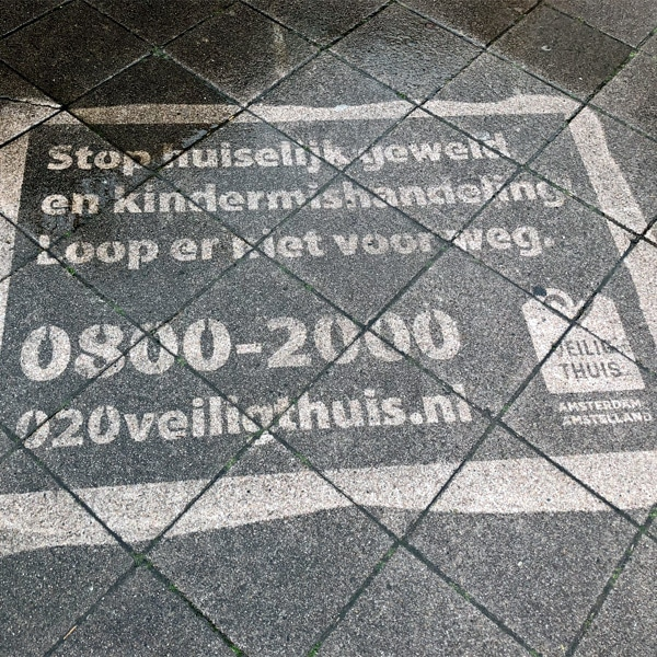Reverse graffiti campagne 020 Veilig Thuis