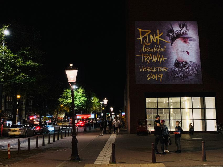 Beamvertising-kampanj för Pink! i Amsterdam.
