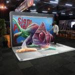 Een 3d-mural met optische illusie tijdens een beurs