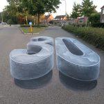 Ein Straßenbild, um Ihre Aufmerksamkeit auf die zulässige Geschwindigkeit zu lenken
