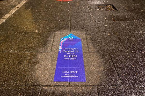 Ruta del evento mediante adhesivos callejeros