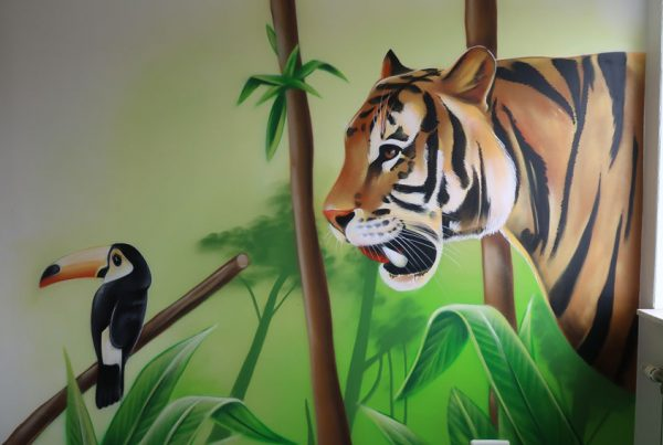 房子里的熊猫和老虎画
