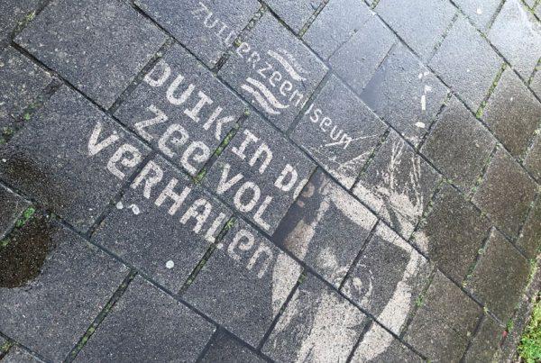 كتابات عكسية للإعلان عن متحف Zuiderzee