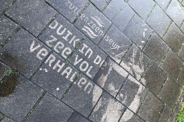 Grafite reverso anunciando o Museu Zuiderzee